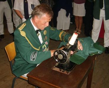 Gerd Böcker näht im Jahr 2008 den Stadtkönigorden an die Jacke von Bruno Feldmann